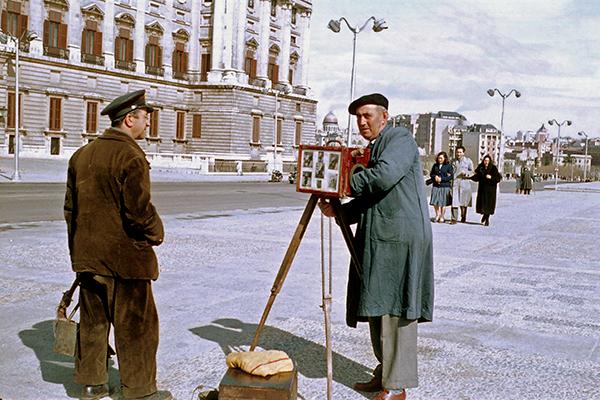 Spanischer Portraitfotograf auf  einem Platz mit Plttenkamera