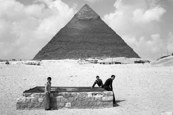 Die Cheopspyramide in Gizeh. Im Vordergrung Kinder.