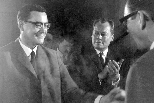 Klaus Schütz zum Regierenden Bürgermeister von Berlin gewählt. Werner Stein gratuliert und Willy Brandt applaudiert.