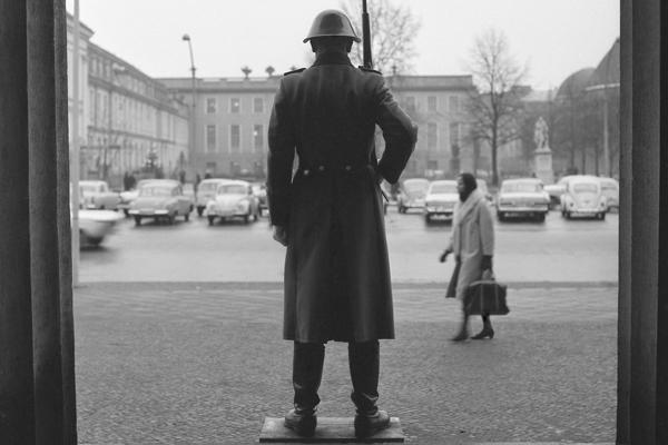 Soldat vor der Neuen Wache Unter den Linden in Berlin.
