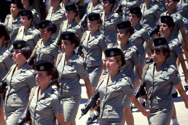 Während der XX Jahre Israel feier findet in Jerusalem eine Militärparade statt. Soldatinnen laufen im Gleichschritt mit Maschinenpistolen namens Uzi.Typ MP2