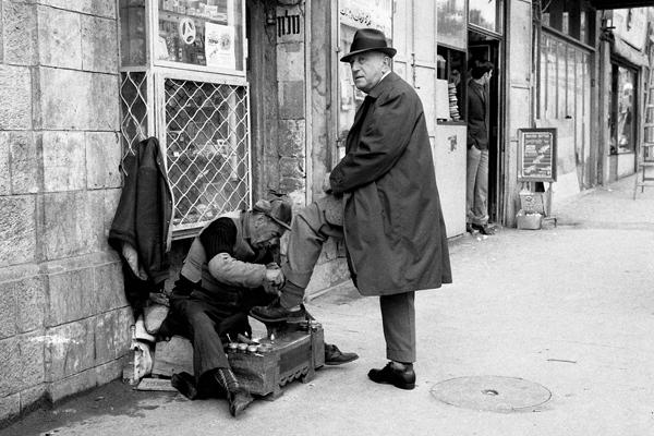 Ein Schuhputzer bei der Arbeit in Jerusalem.