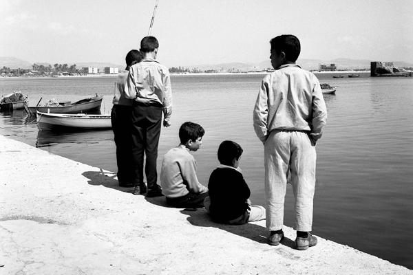 Kinder fischen am Hafen von Akko.