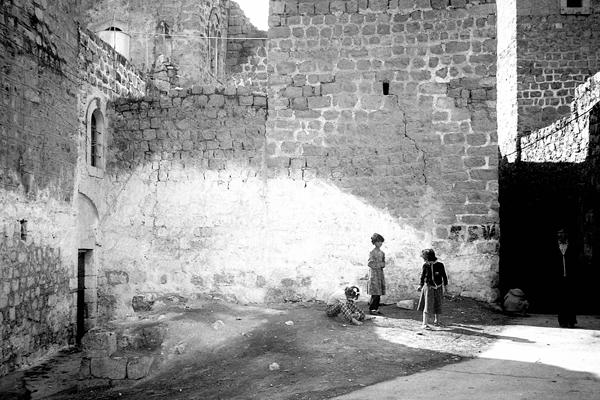 Kinder spielen in einem Hinterhof in Hebron, Westjordanland 1985