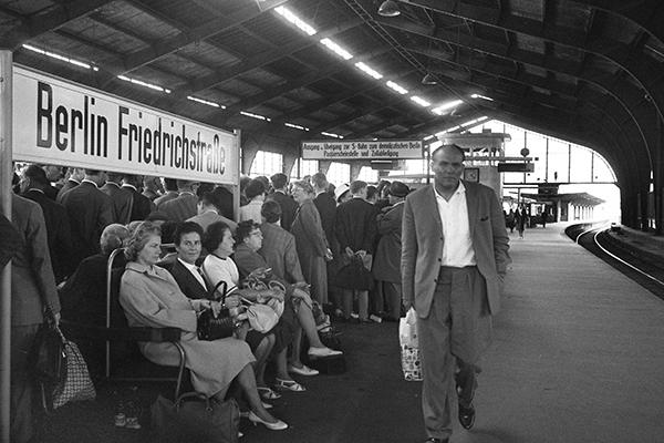 Wartende Menschen am Grenz¸bergang S-Bahnhof Friedrichstra?e.