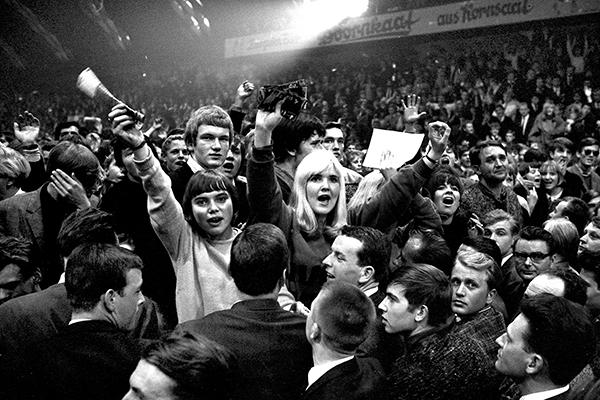 Fans w‰hrend eines Rolling Stones Konzertes in der Halle M¸nsterland in M¸nster, dem ersten Konzert der Band in Deutschland.