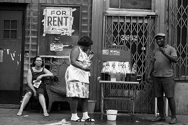 Ein Mann verkauft an einem hei?en Sommertag Getr‰nke an Passanten in Harlem.