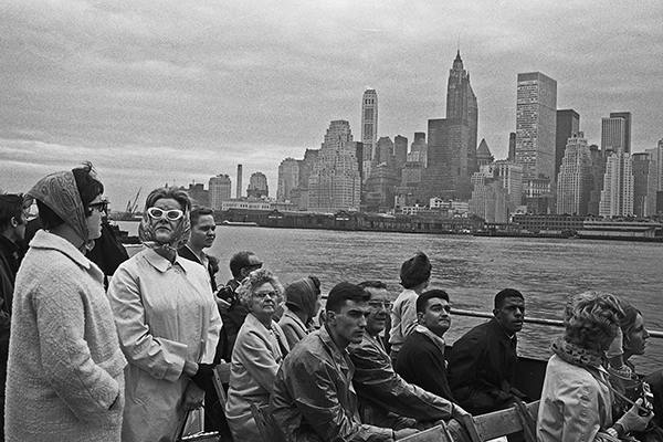 Touristen auf einer F‰hre betrachten die Skyline von Manhattan, w‰hrend sie diese umrunden.