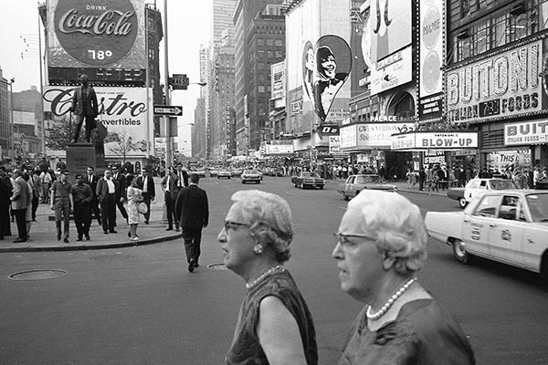 Zwei ‰ltere Frauen mit Perlenketten am New Yorker Time Square.