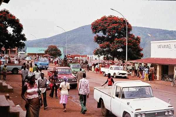 Fu?g‰nger und Pickup Trucks auf der Hauptstra?e der ruandischen Hauptstadt Kigali.