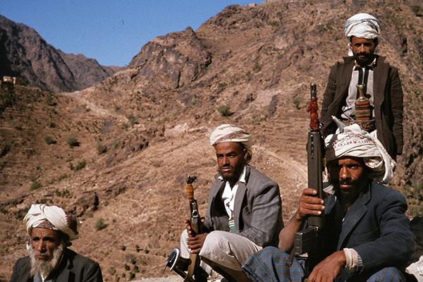 Jemenitische Krieger mit Maschinengewehren in den BErgen bei El Gabei.