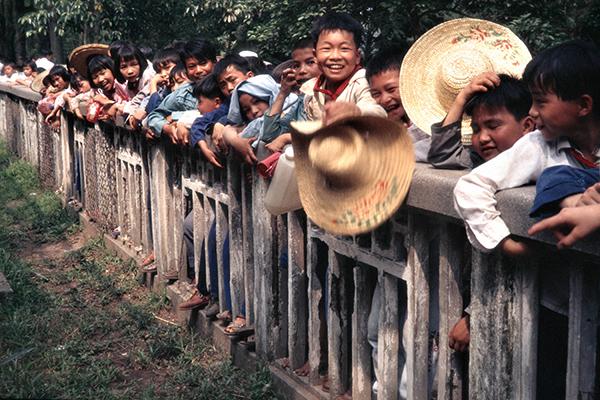 Eine chinesische Schulklasse im Zoo von Guiluin.