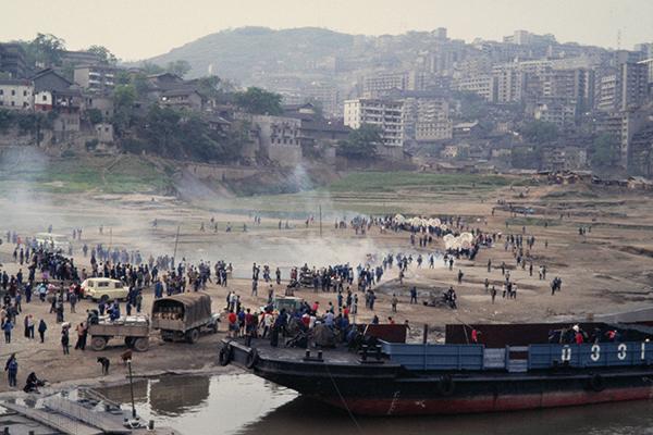 Eine Trauergemeinde zieht mit Urne von Bord eines Schiffes auf dem Changjing.