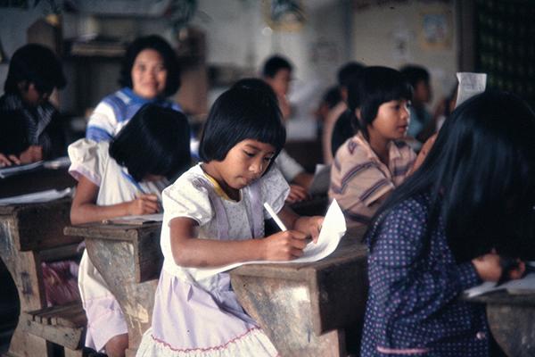 Sch¸ler der f¸nften Klasse einer Elementarschule in Bangaan beim Verfassen eines Aufsatzes.