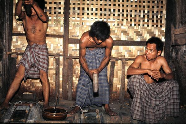 Drei Goldschl‰ger bei der Herstellung von Blattgold in Mandalay.