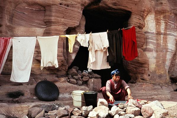 Ein Beduinenm‰dchen w‰scht ihre Kleidung vor ihrem Hauseingang in der Schlucht von Petra.
