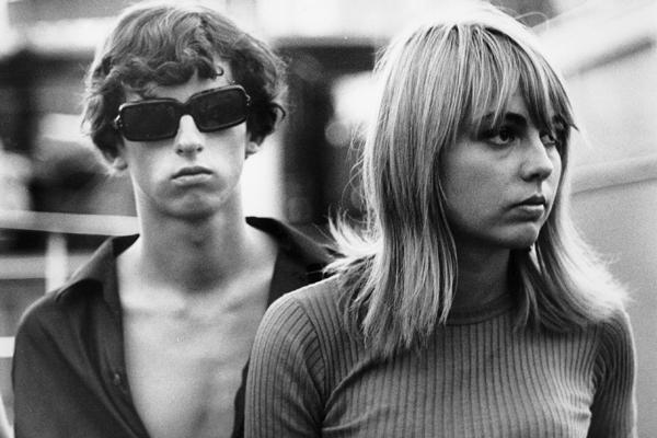 Jugendliche an der Hafenmole in Saint Tropez. Im Aussehen gleicht das Mädchen dem damaligen Idol Brigitte Bardot.