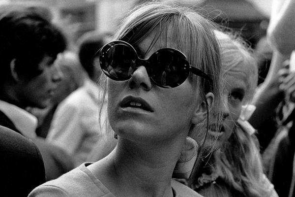 Studentin mit Sonnenbrille während eines Happenings am Tag der Eröffnung des Drugstores in Schwabing.