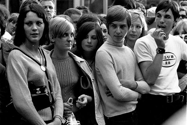 Jugendliche während eines Happenings am Tag der Eröffnung des Drugstores in Schwabing.