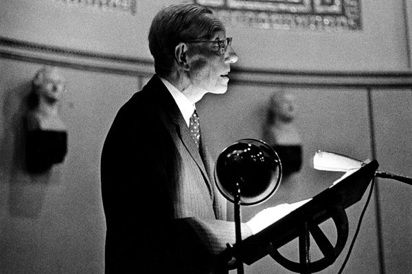 Der Schriftsteller Werner Bergengruen während einer Autorenlesung in der Aula der Universität München.