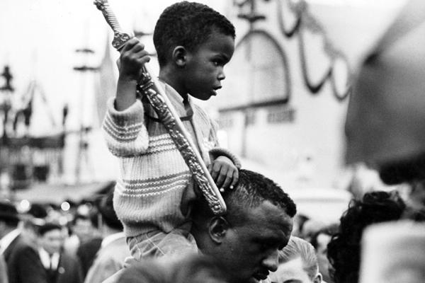 Ein Vater trägt seinen Sohn mit Spielzeugschwert auf der Schulter durch das dichte Gedränge auf dem Münchner Oktoberfest.