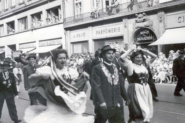 Mitglieder der Trachten- und Schützenvereine bei einem Umzug in München.