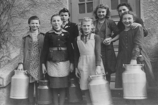 Schulmädchen in Fuchsmühl in der Oberpfalz mit Kannen für die Schulspeisung.