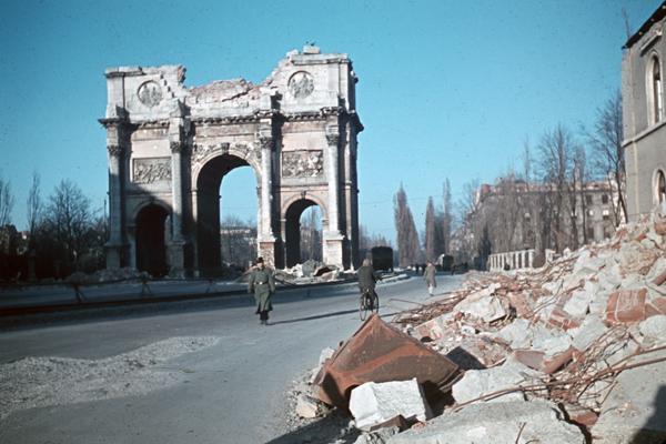 Das vom Zweiten Weltkrieg zerstörte Siegestor an der Leopoldstraße in München, vermutlich noch während des Krieges (undatierte Aufnahme).