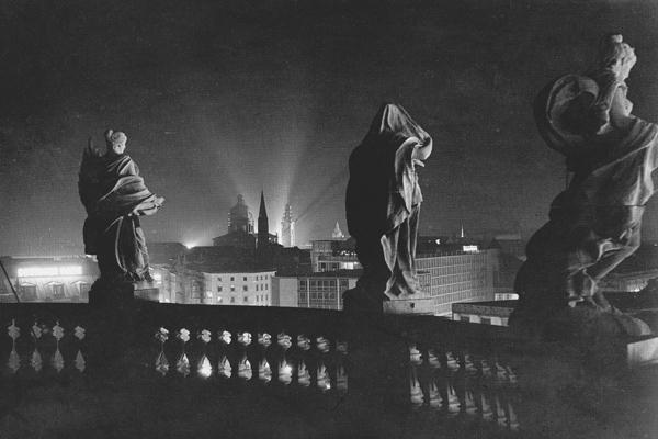 Blick vom Justizpalast auf die Maxburg, die Salvatorkirche und die angestrahlte Theatinerkirche.