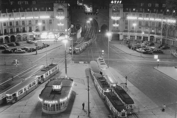 Trambahnen halten am Karlsplatz in München.