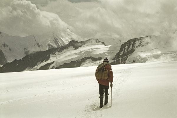 Schnee und Schneespuren auf einem Berg im Berner Oberland