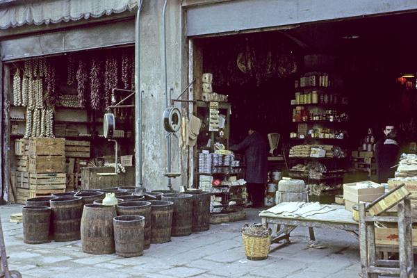 Verkauf von Lebensmitteln in einem Geschäft im Hafenviertel von Barcelona.