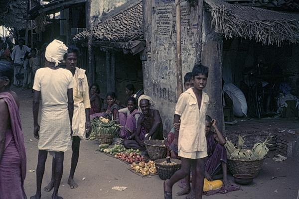 Fliegende Händler haben ihre Ware auf einem Tuch auf der Straße ausgebreitet.