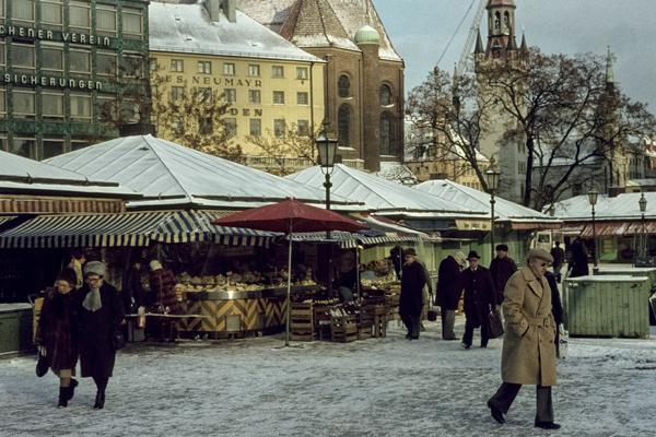 Der Viktualienmarkt mit Schnee.