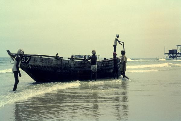 Am Strand von Pondicherry landen Fischer ihr Boot an.