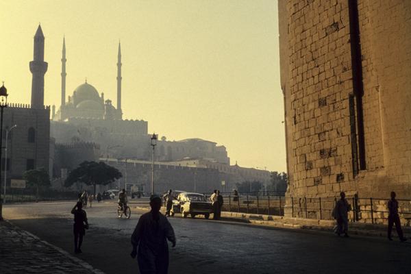 Straße in Kairo. Im Hintergrund die Zitadelle mit der Alabastermoschee.