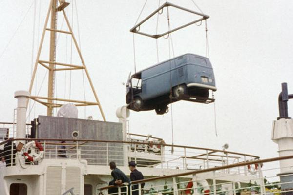 Verladung eines VW-Transporters im belgischen Oostende auf eine Fähre nach England