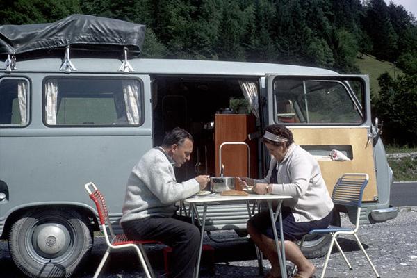 Unser Wohnmobil! Einzigartig! Ein handwerklich begabter Lehrer verkaufte meinen Eltern seinen alten Ford-Transit, von ihm selbst ausgebaut mit praktischen Vollholzmöbeln zum Sitzen, Schlafen, Kochen. Es gab viel Stauraum für Lebensmittel und Gläser mit eingeweckten Fleischgerichten. Die Urlaube mit dieser schweren Kutsche haben wir sehr genossen. Wir konnten überall stehen bleiben und nächtigen, es war abenteuerlich und spannend. Und es gab kaum jemanden mit so einem Wohnbus. Aufregend waren immer die Passfahrten auf damals oft noch ungeteerten und engen Straßen: Schafft der Bus das bergauf? Und bergab: wann wird die Bremse heiss und steigt aus? Es waren die schönsten Ferienerlebnisse.