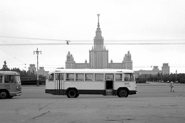 Busse und die Lomonossow-Universität in Moskau.