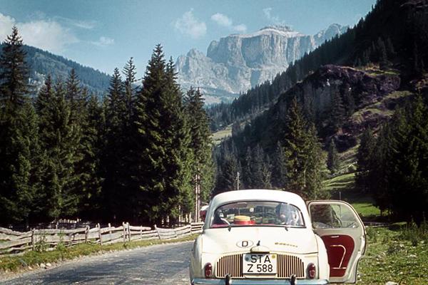 Auto am Strassenrand mit Dolomiten