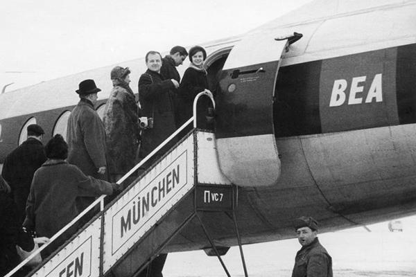 Flughafen München Riem. Bild zeigt ein Passagierflugzeug und Fluggäste beim Einsteigen.