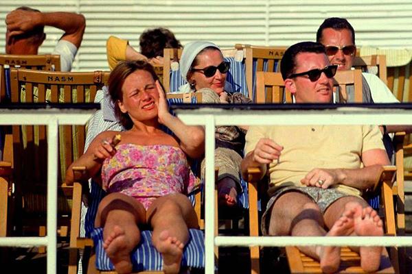 Kreuzfahrtschiff 'Statendam' auf dem Atlantik: Bild zeigt Passagiere auf Liegestühlen in der Sonne.