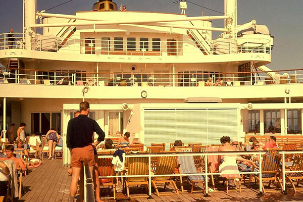 Kreuzfahrtschiff 'Statendam' auf dem Atlantik: Bild zeigt Passagiere auf Deck beim Sonnen in Liegestühlen.
