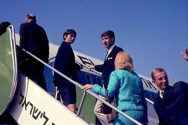 Passagiere auf dem Flughafen Ben Gurion in Lod. Sie steigen in ein Flugzeug des Typs Boeing 707 der Israelischen Airline El Al zu.