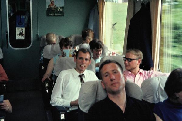 Touristen in einem Schnellzug in Finnland.