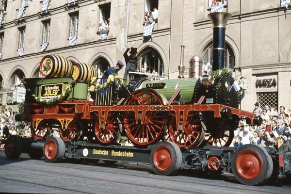 Kopie der Lokomotive 'Adler' auf der Parade anlässlich der 800 Jahrfeier der Stadt München.