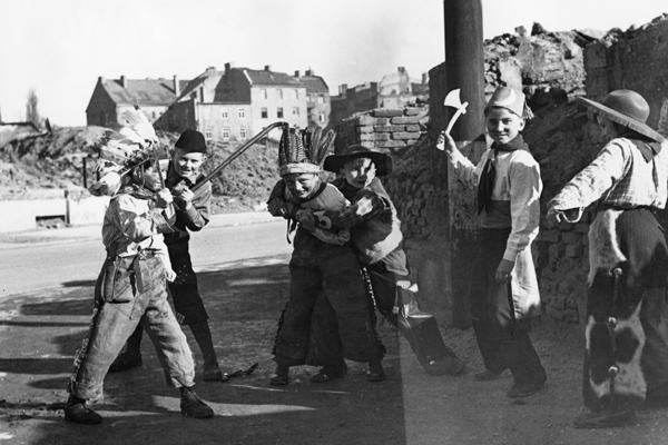 Verkleidete Kinder feiern Fasching in München.