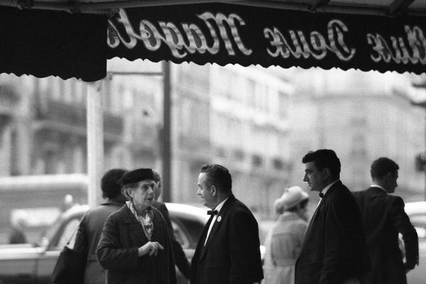 Kellner und eine ältere Dame im Cafe Les Deux Magots im Bezirk St. Germain-des-Pres im Quartier Latin in Paris.
