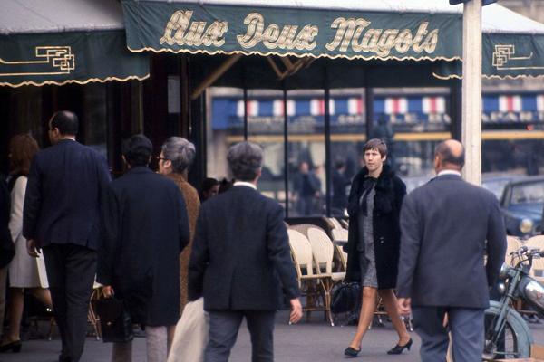 Menschen vor dem Cafe Les Deux Magots im Bezirk St. Germain-des-Pres im Quartier Latin in Paris.