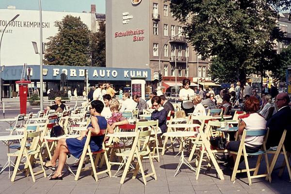 Menschen vor dem Cafe Möhring am Kurfürstendamm in Berlin.